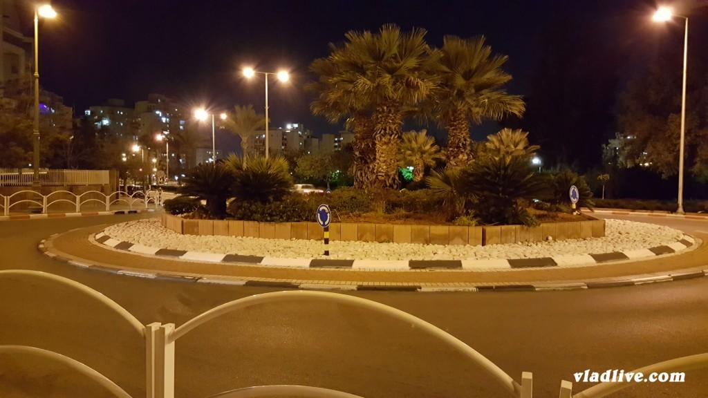 Дороги в Израиле - многие перекрестки организованы в виде кругового движения
