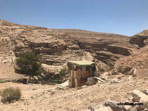 Бункер с охраной, который находится на подъезде к ущелью со стороны пустыни